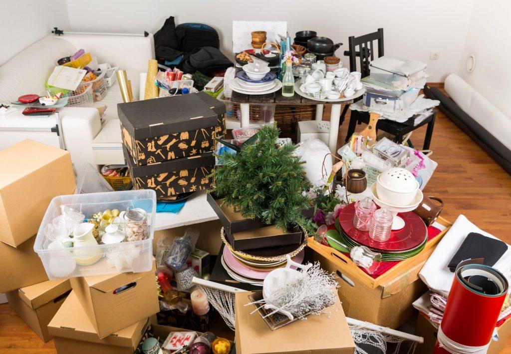 Vollgestellter Raum in Heidelberg bedarf einer Entrümpelung